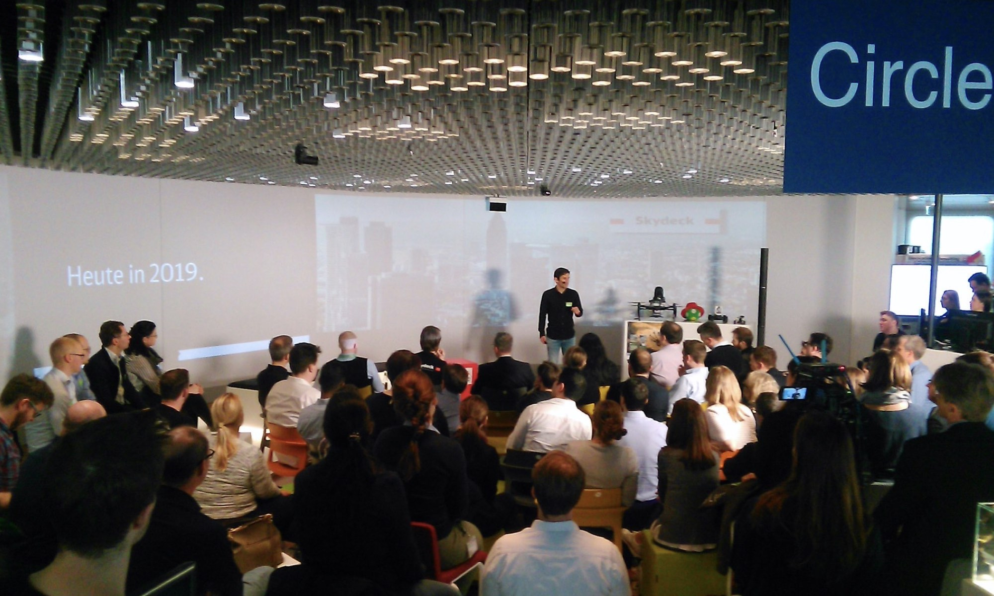 JOELESLI pitches at the Skydeck DB Systel